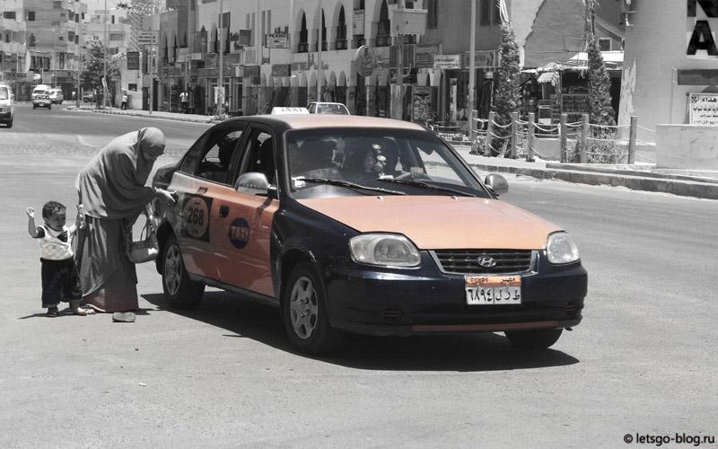 арабская женщина садится в такси хургада