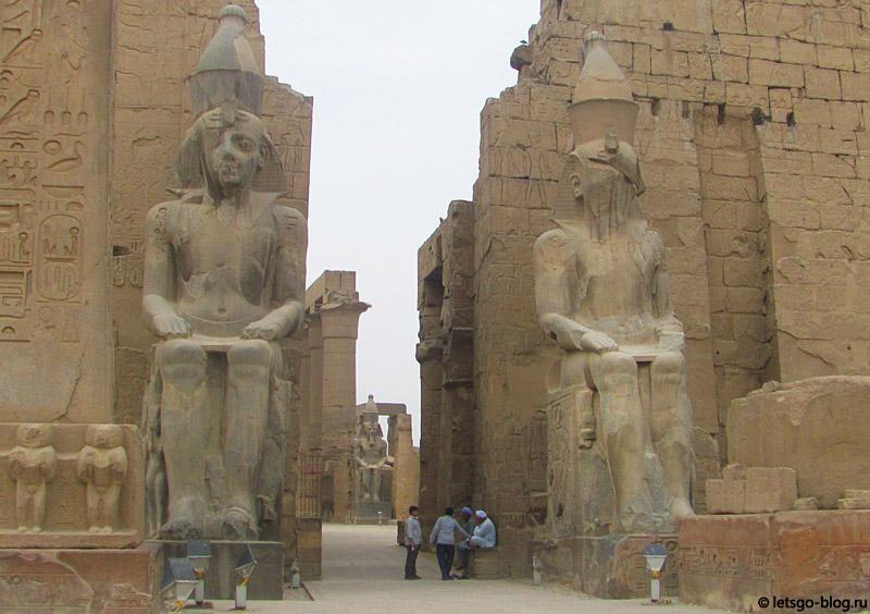 Вход в Луксорский храм. Статуи Рамзеса II
