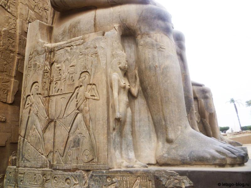 Вход в Луксорский храм. Статуя Рамзеса II и его жены