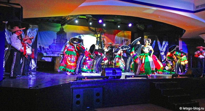 Шоу мексиканских танцев в отеле Barceló Tucancun Beach