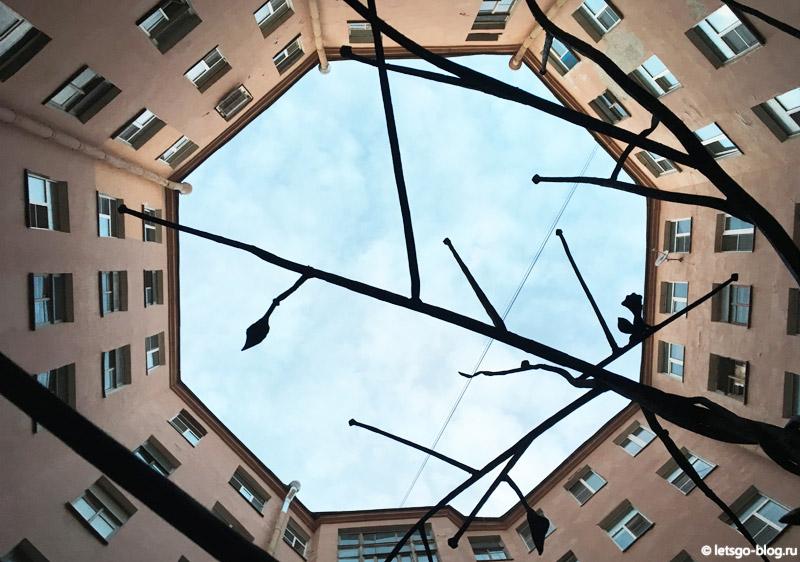 Восьмиугольный двор-колодец и Дерево Желаний Питер