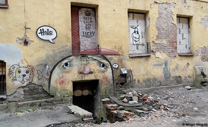 Город на обшарпанной стене